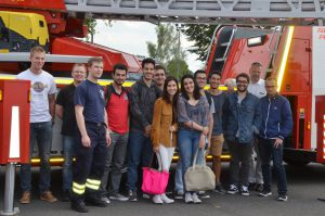 Besuch bei der Freiwilligen Feuerwehr Friedberg, Stadtbrandinspektor Michael Stotz (Zweiter v. links) begrüßt gemeinsam mit Wehrführer Valentin Gangur (Dritter v. links) und Gruppenführer Sebastian Calow (links) die Gäste aus Portugal. Die FFW Friedberg hat bereits viele Projekte des Europa-Clubs unterstützt